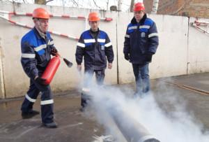 Ликвидируют загорание газа (слева направо) В. В. Замбер, А. И. Астапкович, А. В. Майсюк.