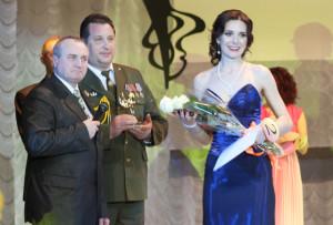 Победительницу конкурса Екатерину Анисько поздравляют члены жюри С. П. Валкович и В. Н. Кришталевич.