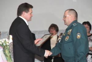 Председатель райисполкома И. И. Маркович поздравляет с трудовой победой А. И. Жерносека.