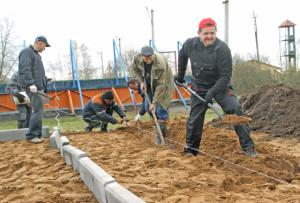 Работы по строительству комплексной спортивной площадки возглавил председатель райисполкома И. И. Маркович.