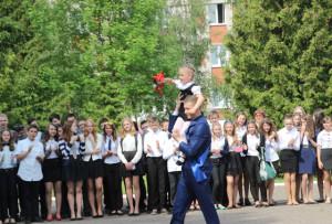 Апошні званок даюць выпускнік Аляксандр Сіманаў  і першакласніца Кіра Ушак.