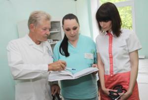 Заведующий терапевтическим отделением В. Кураш, санитарка Т. Грамза и медсестра О. Липская.