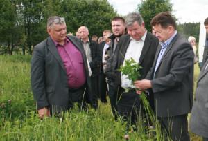 І. І. Марковіч (справа) і ўдзельнікі семінара азнаёміліся з ходам корманарыхтоўчай кампаніі.