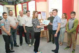 Е. Сятковская вручает рекомендацию Д. Сахонько.