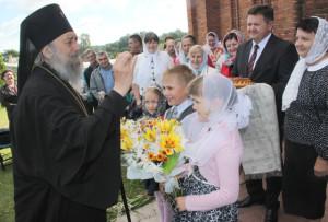 Председатель райисполкома И. И. Маркович и прихожане встречают архиепископа хлебом-солью.