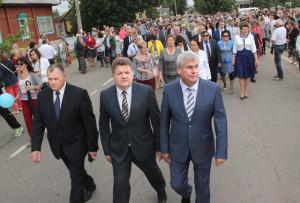 Праздничную колонну возглавили (слева направо)  В. В. Аскерко, И. И. Маркович, В. П. Андрейченко.