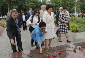 Делегации из России, Латвии и Казахстана приняли участие в возложении цветов к мемориалу памяти.