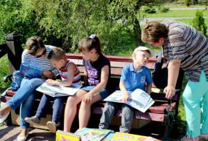 Юные читатели и их родители знакомятся  с книжными новинками.