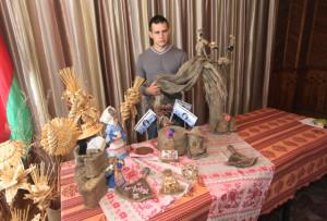 Ведущий агроном Ю. Губанов демонстрирует продукцию предприятия и изделия из верхнедвинского льноволокна.