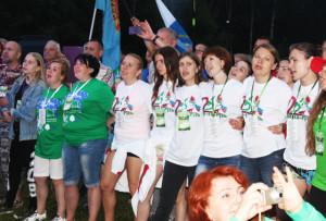 Гостей приветствует белорусская молодёжь.