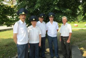 А. И. Грицкевич (справа) с сотрудниками таможни.