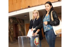Голосуют Н. Борщевская  и Е. Синькевич.