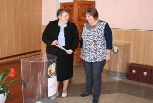 Слева направо: секретарь участковой избирательной комиссии Н. Кишкович и Т. Гончаронок.