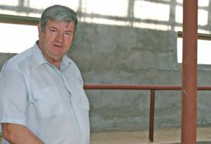 Василий Красник контролирует ход работы.