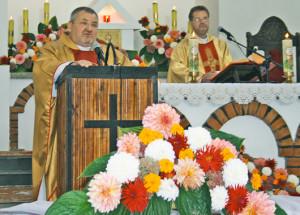 Айцец Часлаў Курэчка вітае ўдзельнікаў свята.