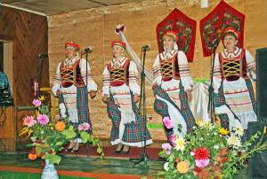 Гурт «Сар'яначка» упрыгожыў свята спевамі.
