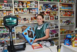 В Волынцах недавно открылся магазин «Авоська» ИП Дарьи Стайновой. За прилавком - продавец Полина Юхновская.
