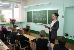 Урок математики проводит Юлия Скворцова.