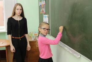 Ученица 2 «А» класса Яна Лапушинская (справа) с удовольствием выполняет задания учителя-дублёра Ольги Киселевич.