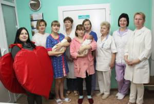 В День матери в роддоме поздравили мам с новорожденными детьми