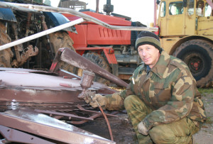 Віктар Казлоў фарбуе жатку на КВК-800.