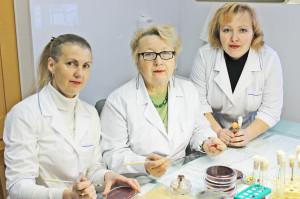 Слева направо: фельдшер-лаборант Алёна Головач, зав. лабораторным отделом Галина Ермоленко, фельдшер-лаборант Марина Осипук.