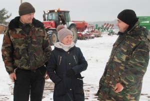 (Слева направо): водитель С. Е. Бадун, главный агроном Т. Н. Соболевская, механизатор С.Е. Петреня.
