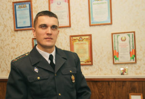 Капитан милиции С. Б. Анисько добросовестно работает на важном участке - он является инспектором уголовно-исполнительной инспекции РОВД.