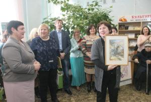 Сандра Вишкуре, Мария Мицкевича вручают картину В. Иванова Н. А. Москвичёвой.