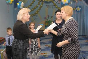 Н. В. Воронович поздравляет Е. В. Ходос.