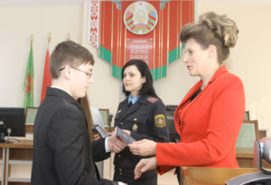 Т. В. Севалкіна ўручае пашпарт вучню СШ №2 Севасцьяну Панізніку.
