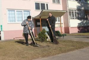 Верхнедвинские жители участвуют в субботниках по благоустройству