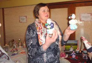 Верхнядзвінскі майстар робіць самабытныя лялькі-мотанкі