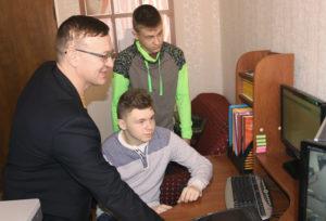 Инженер-программист ГРУПП ЖКХ Леонид Синькевич знакомит Дмитрия Германа и Павла Шука с особенностями своей работы.