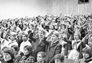 К Дню пионерии подготовлен стенд об истории пионерского движения