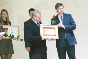 Заместитель министра информации Владимир Рябоволов вручает Валерию Соловьёву диплом лауреата конкурса.