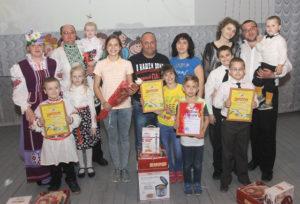 Семьи-участники с призами и наградами.