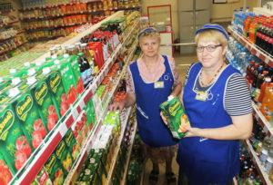 Всегда рады покупателям продавцы магазина «Богач» в аг. Кохановичи В. И. Фаринко и С. Н. Доброедова.