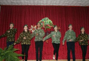 """Выступление ребят, посещающих военно-патриотический лагерь """"Дружба""""."""