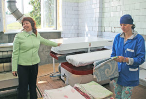 О. Г. Людская показывает, как используется новое оборудование.