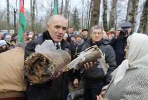 В Кохановичах вскрыли капсулу полувековой давности с завещанием потомкам