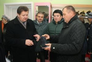 И. И. Маркович, А. А. Путято, И. А. Томашевич и В. В. Аскерко оценивают качество белорусской обуви.