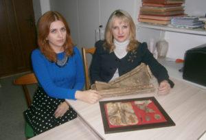 М. Г. Бембель и Н. Ф. Мороз с новыми экспонатами музея.