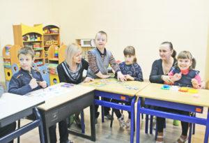 Директор Центра Г. А. Пирог и педагог социальный С. В. Радионова проводят занятие в специальном объединённом классе.