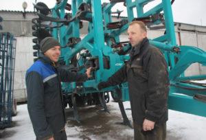 Новое навесное оборудование к К-744 Р4 демонстрируют механизаторы ОАО «Шайтерово» Андрей Стайнов и Сергей Велюга.