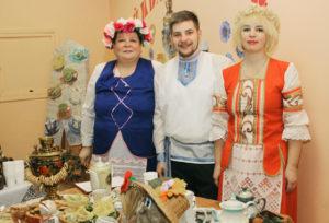 Т. Овчинникова, И. Кривонос  (худрук Шайтеровского СДК) и Е. Аржаник  знают секреты чайного застолья.