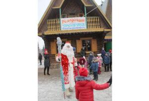 В Верхнедвинском дендропарке поселился Дед Мороз-Трескун