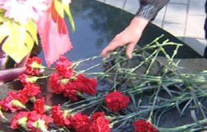 v_den_pamyati_i_skorbi_omskiy_gubernator_vozlozhil_tsvety_k_memorialam_thumb_fed_photo