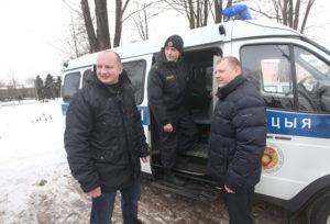 Срочный выезд на задание (слева направо) В.Н. Гойло, П.В. Лемешевский, В.Г. Круклинский.