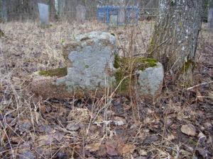 Каменны крыж на могілках вёскі Савейкі.